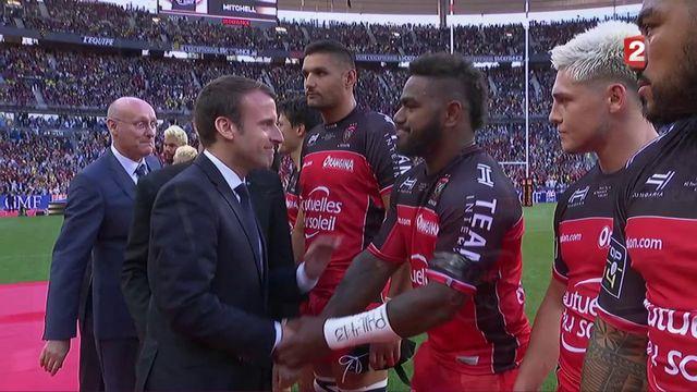 Avant la finale du Top 14, des joueurs fidjiens s'agenouillent devant Emmanuel Macron
