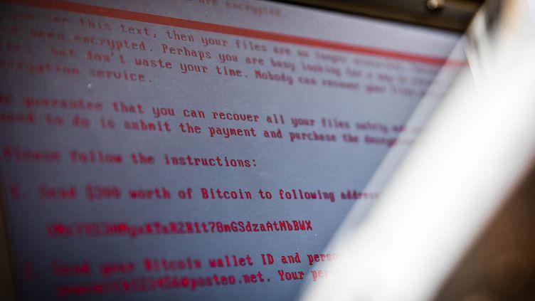 Un ordinateur infecté par un logiciel de rançon, à l'issue d'une cyberattaque, le 27 juin 2017, à Geldrop, aux Pays-Bas. (ROB ENGELAAR / ANP / AFP)