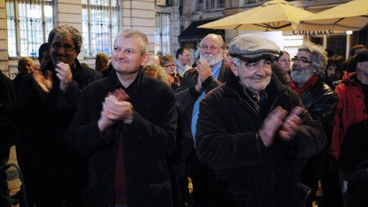 Le patron du PS de Charente-Maritime, Olivier Falorni (gauche), accompagné de l'animateur radio, Jean-Louis Foulquier (droite) [nid:18051] (XAVIER LEOTY / AFP)