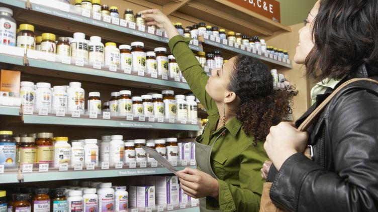 Le magazine 60 millions de consommateurs publie, jeudi 10 octobre, une enquête sur les compléments alimentaires (photo d'illustration.) (TANYA CONSTANTINE / TETRA IMAGES RF / GETTY IMAGES)