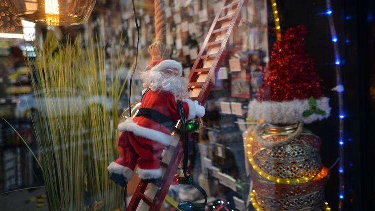 Une figurine du Père Noël dans un magasin à Dublin, en Irlande, le 14 décembre 2020. (ARTUR WIDAK / NURPHOTO / AFP)