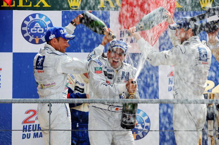Marc Gené, David Brabham et Alexander Wurz peuvent célébrer, ils offrent à Peugeot un 3e succès au Mans (MARCEL MOCHET / AFP)