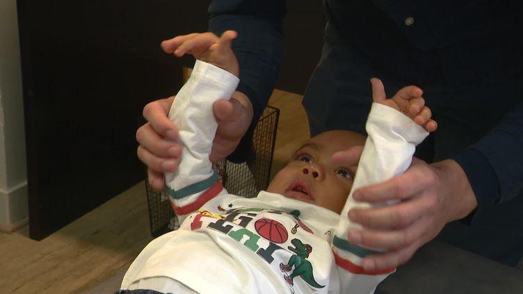 Le jeune garçon retrouve deux fois par semaine son kinésithérapeute. (France 3)