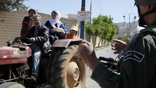 Des observateurs de l'ONU visitent la ville de Madaya, en Syrie, le 6 mai 2012. Près de quatre ansaprès, ses habitants assiégés par l'armée du régime souffrent de la faim. (KHALED AL HARIRI / REUTERS)