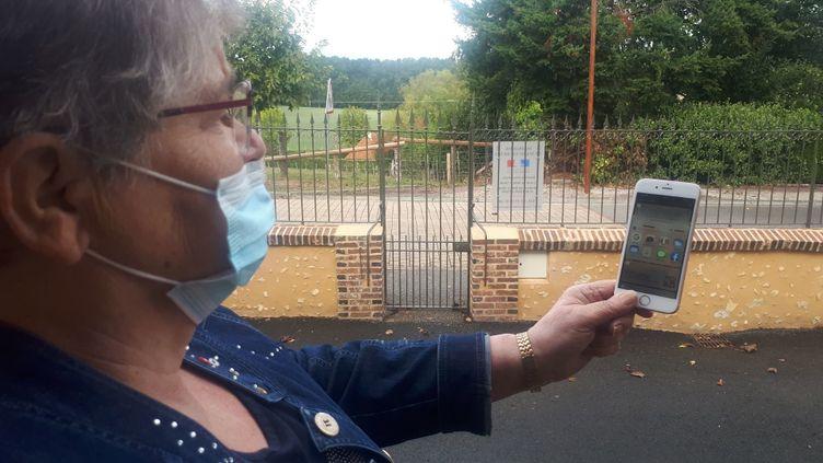 Anne-Marie Guérin, maire de Saint-Mard-de-Réno, est obligée de sortir de sa mairie pour appeler avec son portable et même dehors le réseau est quasi inexistant car la commune est en zone blanche, septembre 2020. (FARIDA NOUAR / RADIO FRANCE)