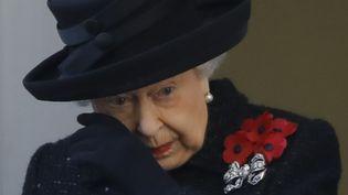 """La reine Elizabeth II très émue, le 10 novembre 2019, lors du """"Remembrance Sunday"""" à Londres (Royaume-Uni). (TOLGA AKMEN / AFP)"""