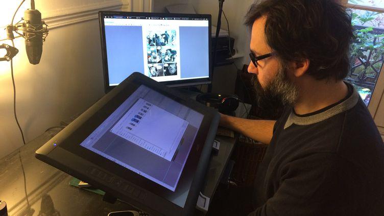 Marc-Antoine Boidin, dessinateur notamment deLa Guerre des Sambres, dans son atelier, en avril 2018. (ARIANE GRIESSEL / FRANCEINFO)