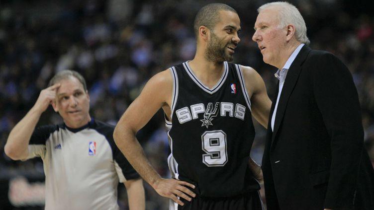 Le coach de San Antonio, Gregg Popovich, en discussions avec son meneur Tony Parker