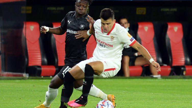 Jeremy  Doku (Rennes, à gauche) à la lutte avec Marcos Acuna (FC Séville). (CRISTINA QUICLER / AFP)