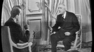 Le 13 décembre 1965, le général de Gaulle répond aux questions du journaliste Michel Droit devant les caméras de l'ORTF dans le cadre de la campagne avant le second tour de l'élection présidentielle, l'opposant à François Mitterrand. (STF / AFP)