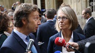 L'animateur Stéphane Bern s'entretient avec la ministre de la Culture Françoise Nyssen pendant la visite du château de Monte Cristo, qui a appartenu à Alexandre Dumas, le 16 septembre 2017. (LUDOVIC MARIN / AFP)