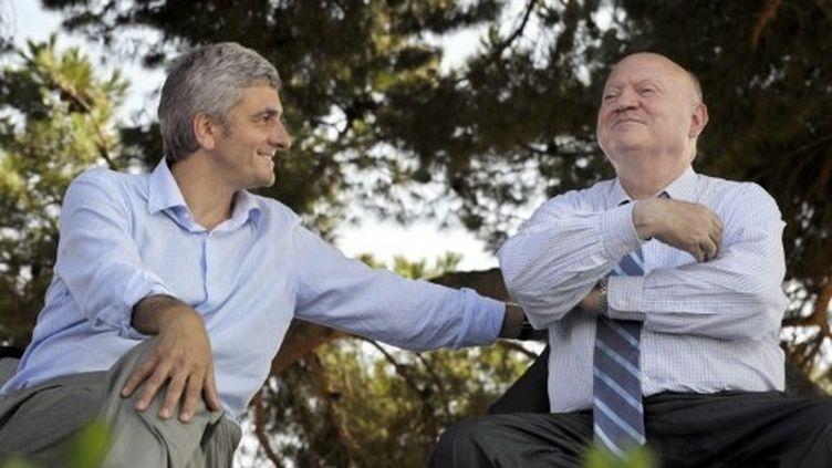 Hervé Morin (g) et André Santini discutent lors de la première université d'été du Nouveau centre, à La Londe-les-Maure, le 6 septembre 2008. (AFP - ANNE-CHRISTINE POUJOULAT)