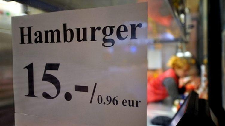 Prix du hamburger en couronnes et en euros dans un magasin de Tallin, le 28/12/10 (AFP)