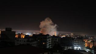 De la fumée s'échappe de la ville de Gaza, le 5 mai 2019, après un bombardement israélien dans l'enclave palestinienne. (MUSTAFA HASSONA / ANADOLU AGENCY)