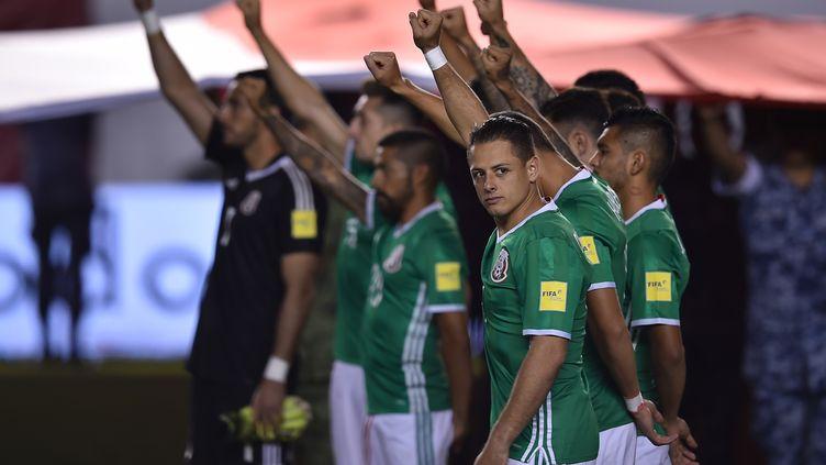 L'hommage des joueurs mexicains lors du match face à Trinité-et-Tobago (YURI CORTEZ / AFP)