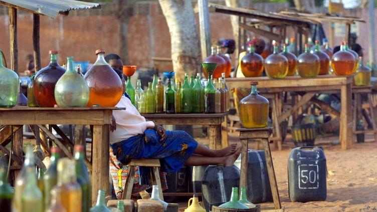 Station-service sauvage sur une routequi va à Cotonou, au Bénin. Le pays est devenu la plateforme du trafic de carburant en Afrique de l'Ouest. (ISSOUF SANOGO / AFP)