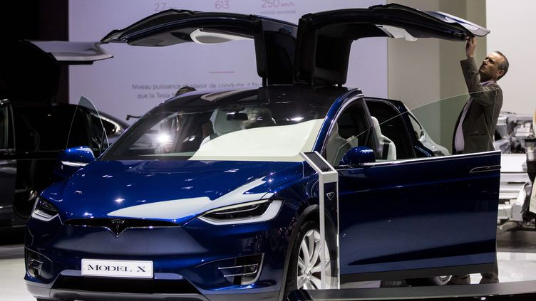 Le Model X de Tesla au salon de l'automobile à Paris en 2016. (VINCENT ISORE / MAXPPP)
