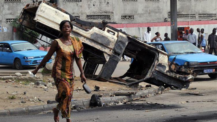 A Abidjan, une voiture des Nations Unies incendiée (AFP/SIA KAMBOU)