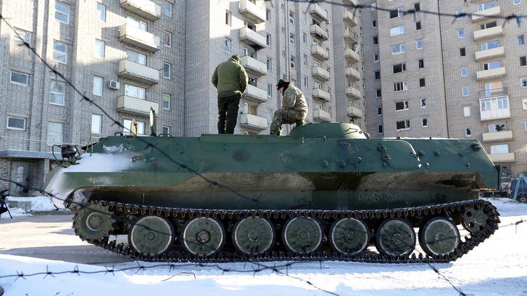 Un char ukrainien dans la région de Donetsk, en janvier 2017. (ALEKSEY FILIPPOV / AFP)