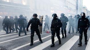 Des policiers après des heurts lors de la manifestation contre le projet de réforme des retraites, le 9 janvier 2020, à Paris. (SAMUEL BOIVIN / NURPHOTO / AFP)