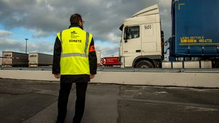 """""""On se prépare (...) pour qu'il n'y ait pas de files de camion"""", assure le directeur des douanes des Hauts-de-France sur franceinfo (illustration). (PHILIPPE HUGUEN / AFP)"""