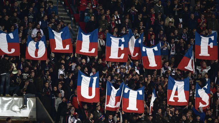 Des ultras du PSG, au Parc des Princes, à Paris, lors d'un match PSG-Bâle, le 19 octobre 2016. (MIGUEL MEDINA / AFP)
