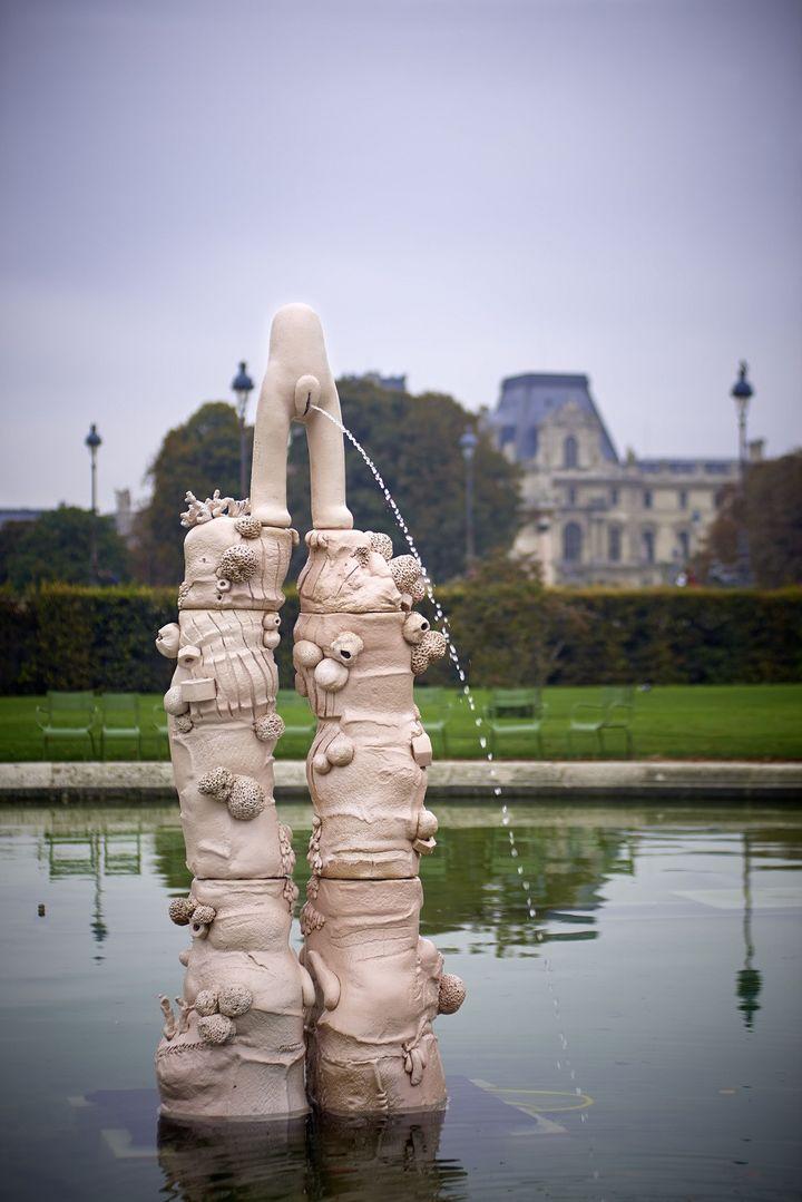 ELSA SAHAL, FONTAINE, 2012. PARCOURS HORS LES MURS DE LA FIAC AU JARDIN DES TUILERIES, PARIS. (DENIS AMON)
