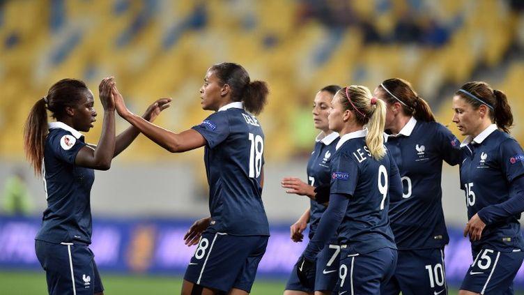 L'attaquante de l'Equipe de France de football féminin, Marie-Laure Delie, félicitée par ses coéquipières. (SERGEI SUPINSKY / AFP)