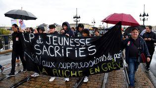 Des enseignants et des fonctionnaires de l'Education nationale manifestent à Bordeaux le 12 novembre 2018. (NICOLAS TUCAT / AFP)