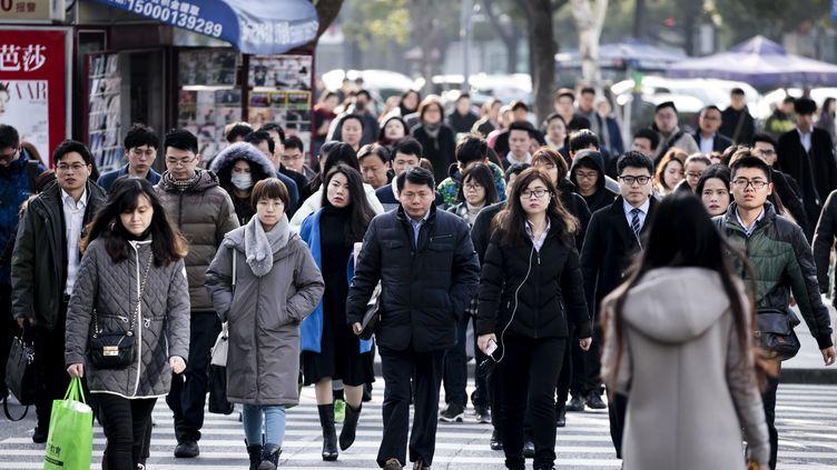 Ambiance matinale dans le quartier des affaires de Shanghai lors de l'arrivée des salariés au bureau. (VINCENT ISORE / MAXPPP)