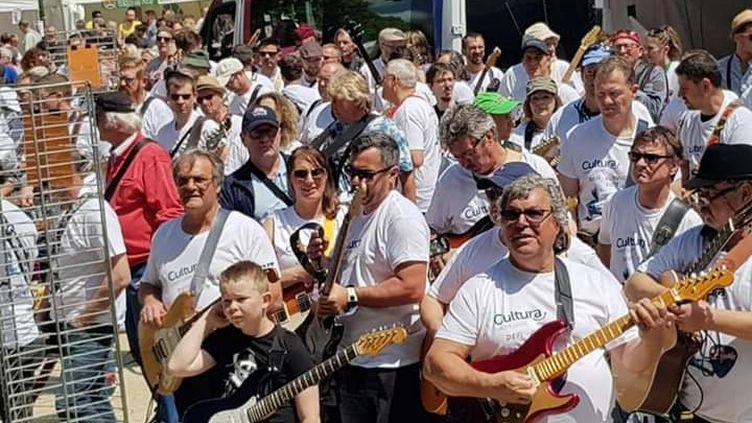 400 guitaristes offrent un concert géant en hommage à Johnny Hallyday au Festival les Elyziks de Saint-Quentin (Aisne), le 15 juin 2019 (LES ELYZIKS)