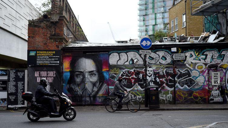 Un graffiti dans le quartier de Brick Lane, dans l'est de Londres (Royaume-Uni), le 23 avril 2020. (KATE GREEN / ANADOLU AGENCY / AFP)
