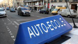 Une voiture d'auto-école circule dans Paris, le 9 mars 2010. (LOIC VENANCE / AFP)