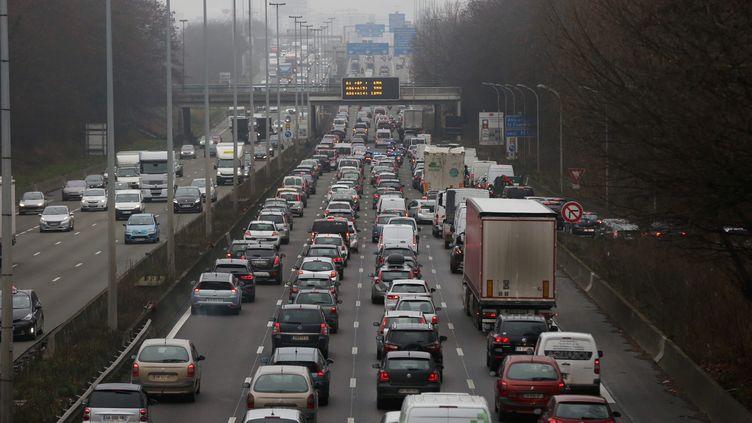 Des embouteillages aux abords de l'aéroport de Roissy Charles de Gaulle (Seine-Saint-Denis), vendredi 23 décembre. (MAXPPP)