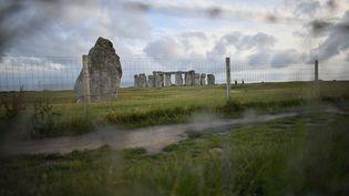 Vue lointaine du site archéologique de Stonehenge, sous protection le 20 juin 2020 pour éviter les rassemblements, et à proximité duquel des recherches ont abouti à une découverte majeure, dans le sud-ouest de l'Angleterre (BEN BIRCHALL / MAXPPP)