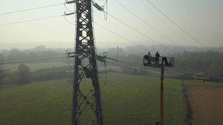Avec la mise en place du confinement, mardi 17 mars, de nombreux chantiers ont été contraints de s'arrêter. Mais impossible pour celui d'une ligne à haute tension près de Calais (Pas-de-Calais). (France 3)