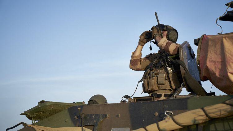 Un soldat de l'opération Barkhane lors d'une opération au nord du Burkina Faso au Sahel, le 10 novembre 2019. (MICHELE CATTANI / AFP)