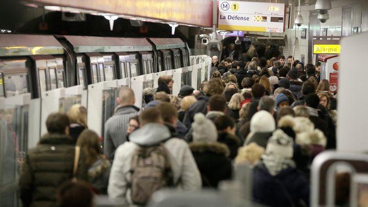 Les quais de la ligne 1, à Paris, le 7 décembre 2013. (MAXPPP)
