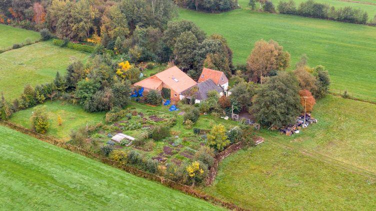 La ferme où a été retrouvée une famille qui vivait apparemment dans la cave à Ruinerworld (Pays-Bas), le 15 octobre 2019. (WILBERT BIJZITTER / ANP)