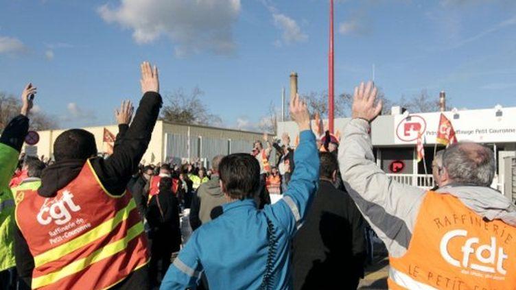 Les employés de la raffinerie Pétroplus manifestent devant leur usine à Petit-Couronne, le 11 janvier 2012. (AFP - Kenzo Tribouillard)