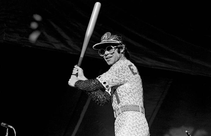 Elton John en concert au Dodger Stadium de Los Angeles (Etats-Unis) en octobre 1975. (ANDRE CSILLAG/REX/SHUTTERSTOCK/SIPA / SHUTTERSTOCK)