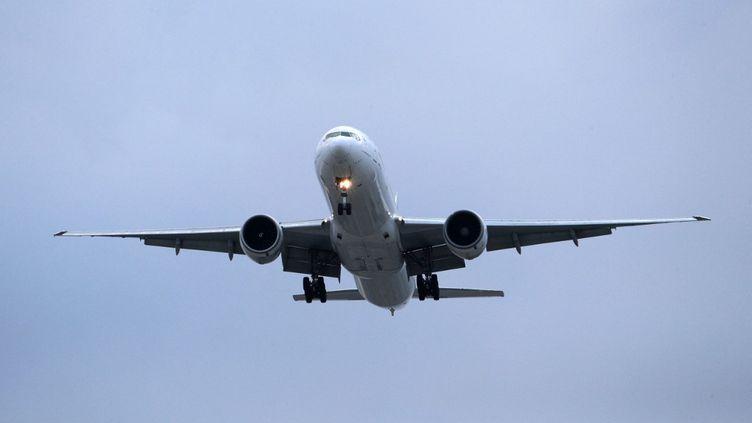 Un avion Boeing777-300ERarrive sur letarmac de l'aéroport Roissy-Charlesde Gaulle le 3 juin 2021. (GEOFFROY VAN DER HASSELT / AFP)