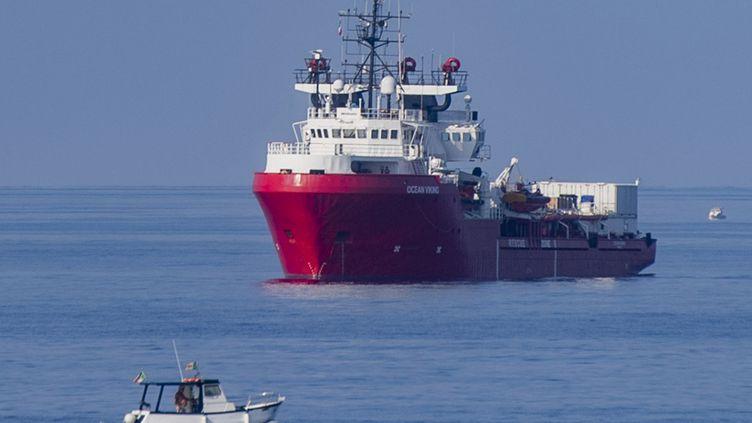 """Le navire humanitaire """"Ocean Viking"""" au large de l'île italienne de Lampedusa, le 15 septembre 2019. (ALESSANDRO SERRANO / AFP)"""