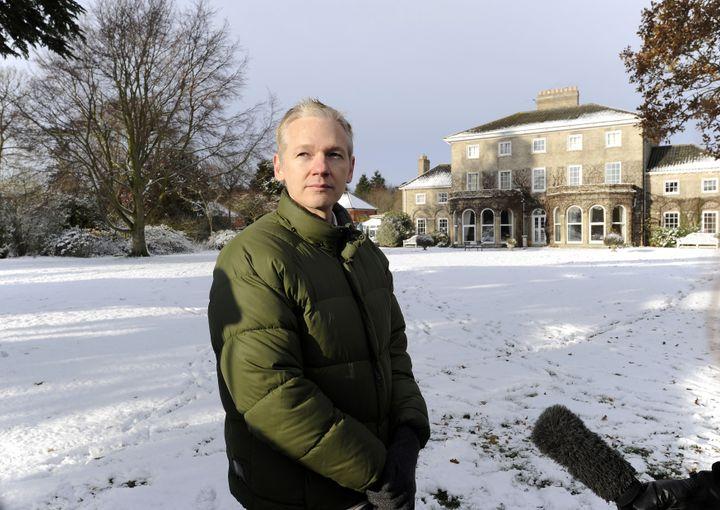 Le fondateur de WikiLeaks, Julian Assange, pose devant le manoir de Ellingham Hill (Royaume-Uni) où il est assigné à résidence, le 17 décembre 2010. (PAUL HACKETT / REUTERS)