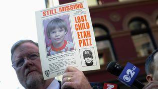 Le porte-parole de la police de New York brandit, le 19 avril 2012, une affiche distribuée après la disparition d'Etan Patz, en 1979. ( REUTERS)