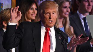 Donald Trump lors de son discours de victoire, entouré de sa famille, le 9 novembre 2016 à New York (TIMOTHY A. CLARY / AFP)