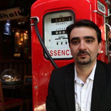 Pierre Chasseray, dans un café parisien, le 5 décembre 2013. (MAXPPP)