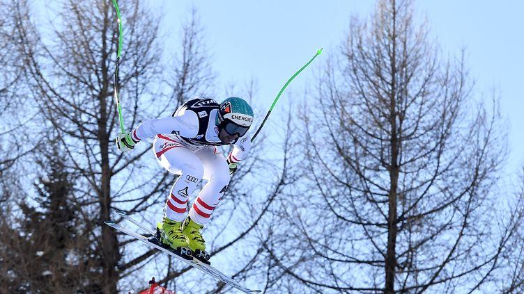L'Autrichien Vincent Kriechmayr en plein saut en descente (TIZIANA FABI / AFP)