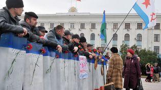 Des militants pro-russes dans les rues de Simferopol (Ukraine), le 2 mars 2014. (GENYA SAVILOV / AFP)