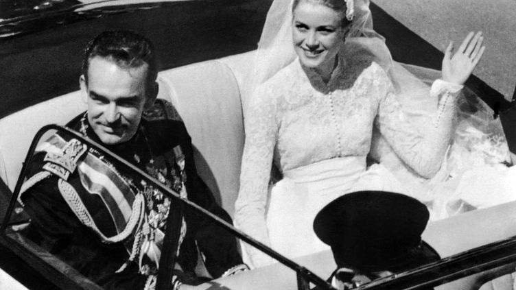Le prince Rainier III de Monaco et Grace Kelly, lors de leur mariage, le 19 avril 1956 àMonaco. ( AFP )